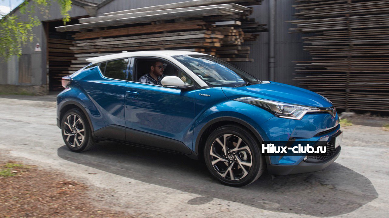 2017-Toyota-C-HR-Koba-blue-white-roof-–-Chasing-Cars.jpg